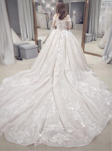 Với những cô dâu yêu sự lãng mạn và muốn trở thành tâm điểm, những mẫu váy bồng xòe công chúa cùng lớp xoan nhũ cầu kỳ sẽ là sự lựa chọn lý tưởng